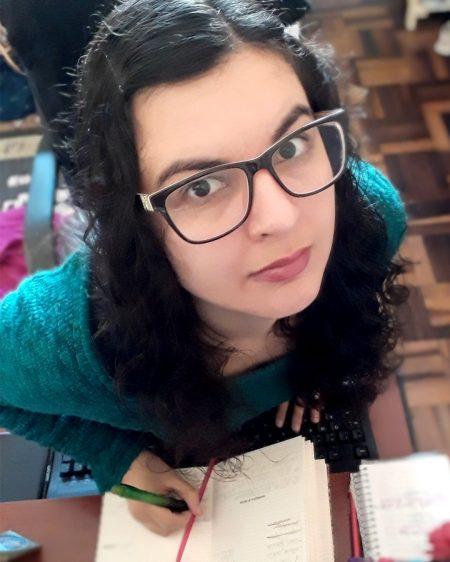 Mylle Silva escrevendo Oficina de Escrita
